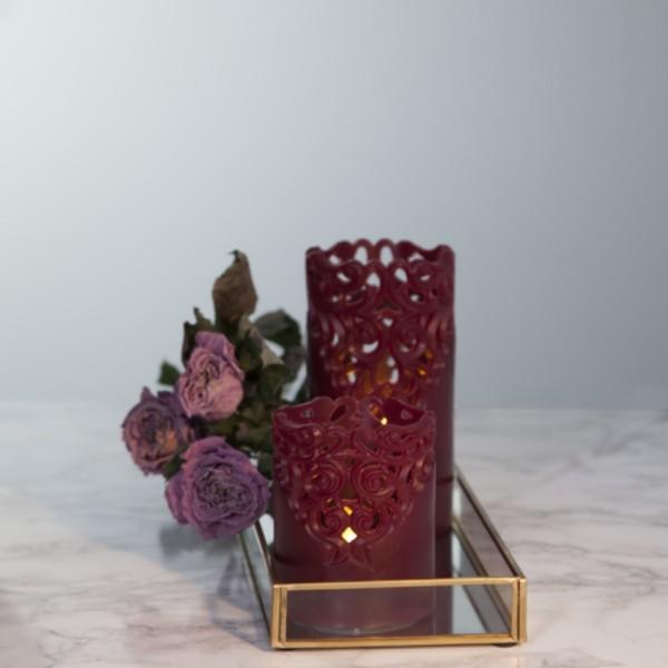 LED Stumpenkerze Clary - Echtwachs - Spitzenmuster - warmweiße Flamme - H: 15cm - Timer - weinrot