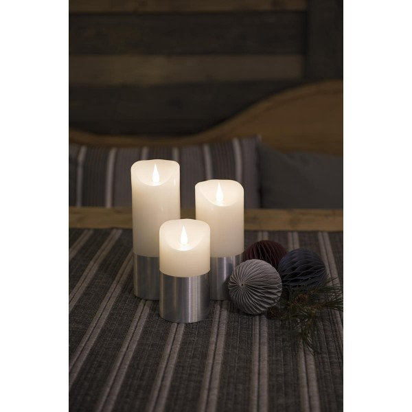 LED Kerze mit silberfarbener Banderole - Echtwachs - 3D Flamme - Timer - H: 17,5cm, D: 7,5cm - weiß
