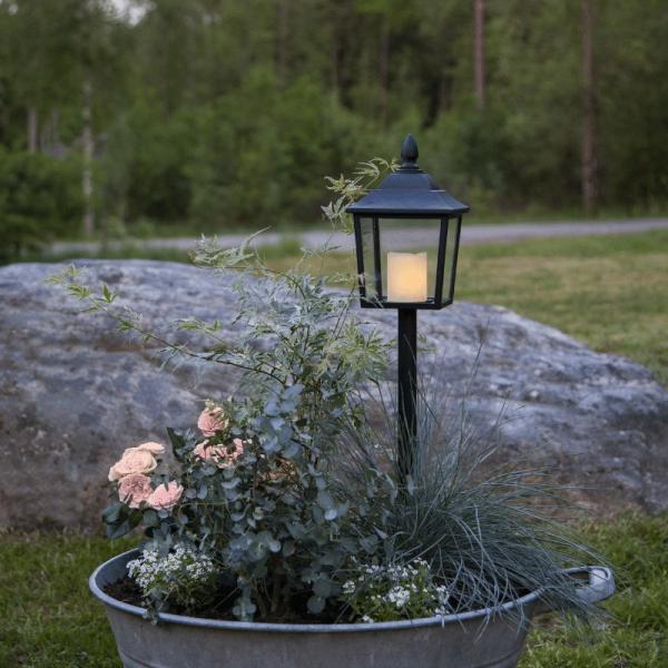 "LED Laterne/Grablaterne ""Flame"" mit Stab - warmweiß flackernde Kerze - H: 52cm - Timer - schwarz"