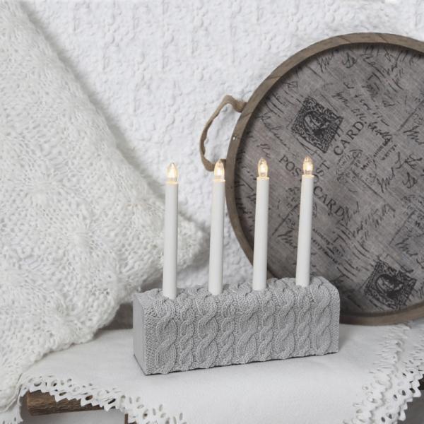 """Kerzenleuchter """"Concrete"""" - 4flamig - warmweiße Glühlampen - H: 28,5cm, L: 28cm - Grau/Strickmuster"""