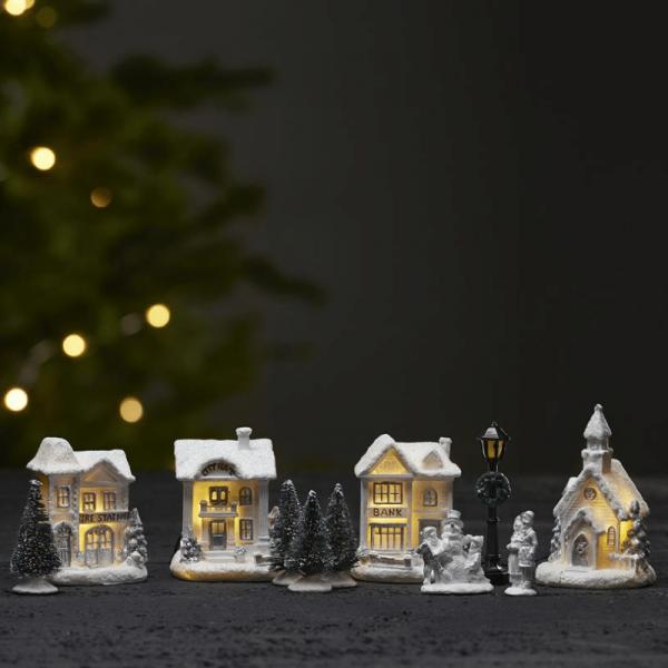 "11er Set LED-Winterszene ""Birmingham"" - 4 weiße Häuser, 2 Figuren, 1 Laterne, 4 Bäume"